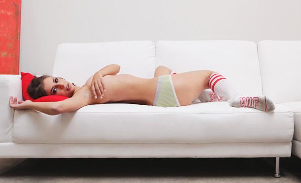 Актрисы порно переодеваются в уличную одежду. Изображение № 1.