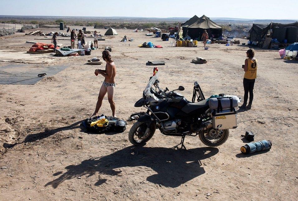 Как развлекаются посетители фестиваля Burning Man в африканской пустыне. Изображение № 36.