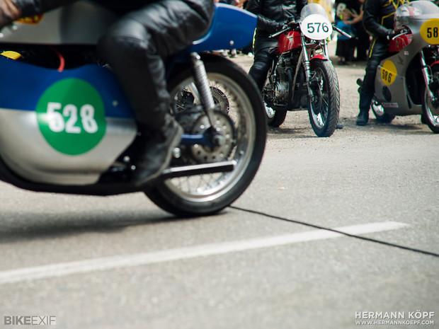 В Германии издали книгу фотографий ежегодной гонки на мотоциклах Barr Hill Race. Изображение № 8.