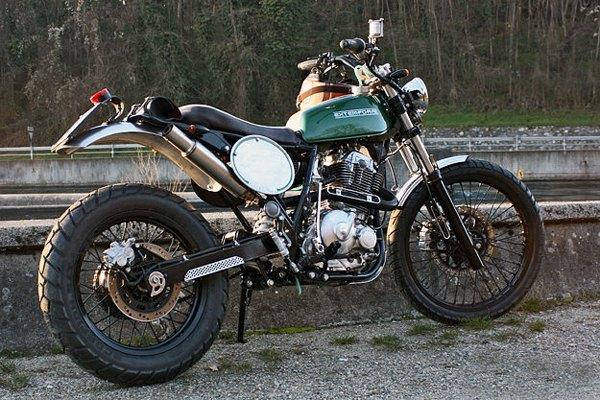 Итальянская мастерская Extemporae представила скрэмблер на базе Suzuki DR650. Изображение № 1.