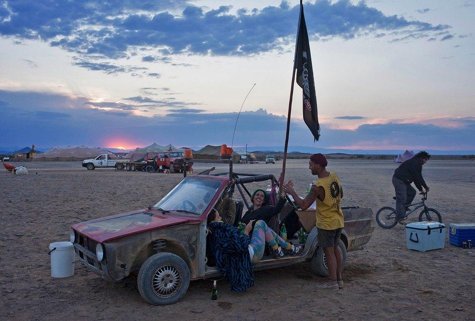Как развлекаются посетители фестиваля Burning Man в африканской пустыне. Изображение № 34.
