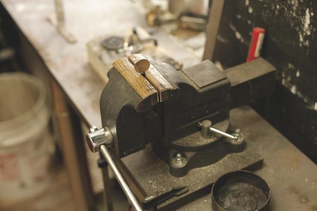 Часть процесса обработки рамы для тату-машинки в мастерской Влада. Изображение №11.