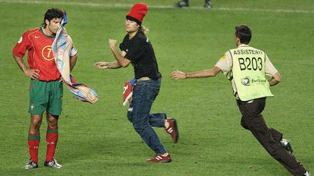 Стрикеры: кто и зачем выбегает на поле по время спортивных матчей. Изображение № 20.