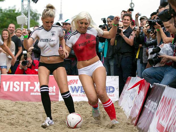 Датские порноактрисы обыграли немецких в футбол. Изображение № 4.