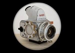 Космический мусор: Ботинки, фотоаппарат Hasselblad и другие предметы, найденные NASA на Луне. Изображение №4.