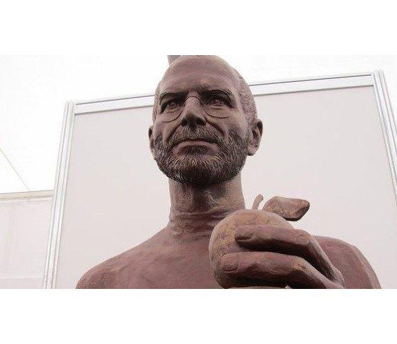 В думе города Томска установили гипсовую скульптуру Стива Джобса. Изображение № 2.