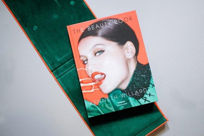 Вышла книга о красоте с фотографиям Хлои Севиньи и Адрианы Лимы. Изображение № 1.