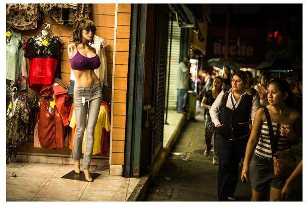 В Венесуэле рынки заполонили женские манекены с огромной грудью. Изображение № 8.