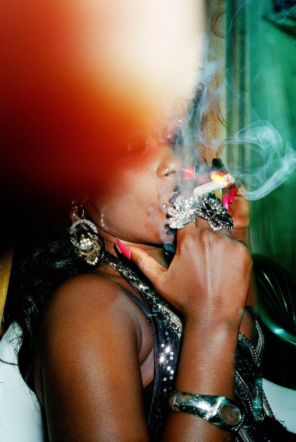 Сутенёры, лучники и золотая молодёжь: Фоторепортаж о ночной жизни в Уганде. Изображение № 18.