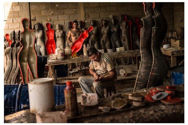 В Венесуэле рынки заполонили женские манекены с огромной грудью. Изображение № 6.