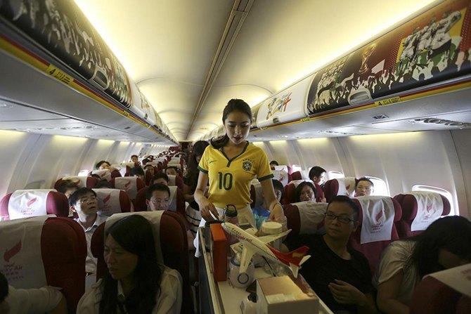 Китайская авиакомпания в честь чемпионата мира одела стюардесс в футболки бразильской сборной. Изображение № 2.