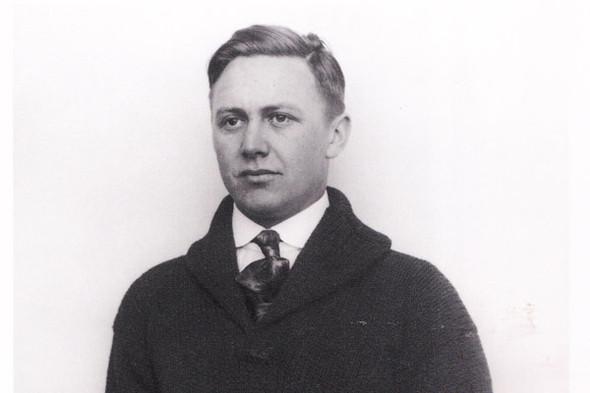 Еще в 1918 году было понятно, что shawl collar отлично сочетается с рубашкой и галстуком. Фотография из книги Harley-Davidson Book of Fashions. Изображение №55.