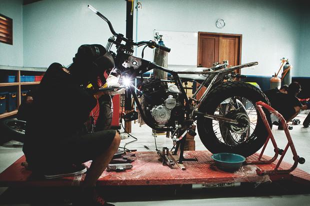Гонки по пляжу, серфы и бесконечное лето: Репортаж из мастерской Deus Ex Machina на острове Бали. Изображение №10.