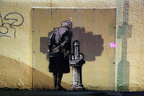 К граффити Бэнкси в Фолкстоне пририсовали член. Изображение № 1.