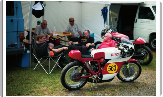 В Германии издали книгу фотографий ежегодной гонки на мотоциклах Barr Hill Race. Изображение № 5.