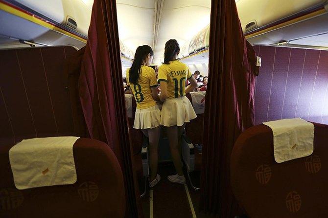 Китайская авиакомпания в честь чемпионата мира одела стюардесс в футболки бразильской сборной. Изображение № 3.