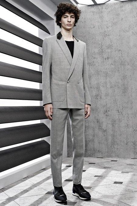 Французский бренд Balenciaga опубликовал лукбук новой коллекции. Изображение № 1.
