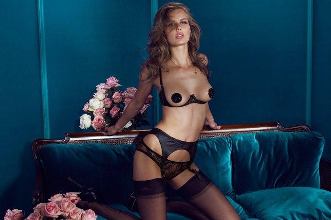 Модели Марлин Хоэк и Синди Бруна снялись в новой рекламе Agent Provocateur. Изображение № 4.