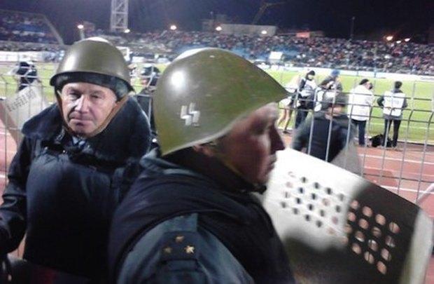 Ярославский полицейский охранял порядок на футболе в нацистской каске. Изображение № 2.