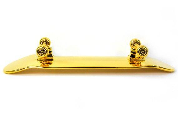 Марка Shut представила золотой скейтборд. Изображение № 3.
