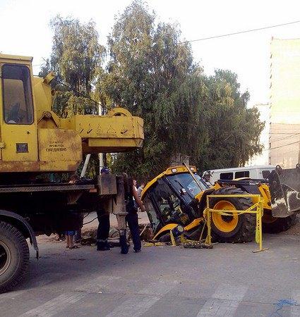 В Рязани трактор упал в яму, которую сам и выкопал. Изображение № 6.