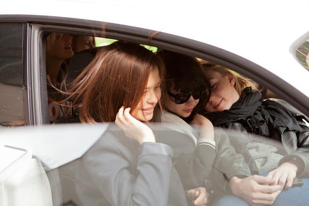 Эксперимент: Сколько девушек поместится в одну машину. Изображение №9.