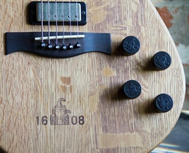 Фронтмен Bon Iver создал гитару из бочки для виски. Изображение № 5.