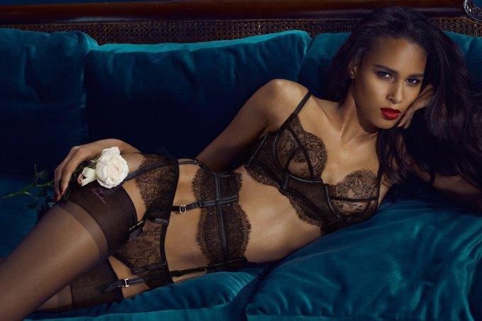 Модели Марлин Хоэк и Синди Бруна снялись в новой рекламе Agent Provocateur. Изображение № 3.