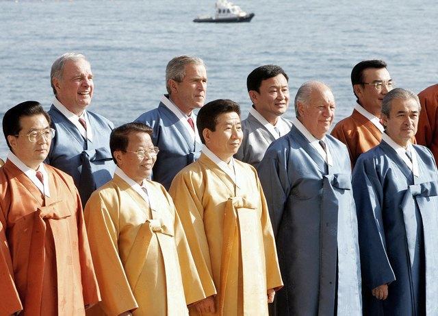 Путин в шёлке, Джордж Буш в пончо: Самые стильные образы на саммите АТЭС. Изображение № 7.