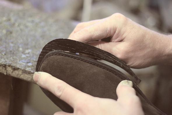 В заверешние аккуратно срезают лишнюю резину, чтобы край наклейки совпал с краем подошвы. Изображение №25.
