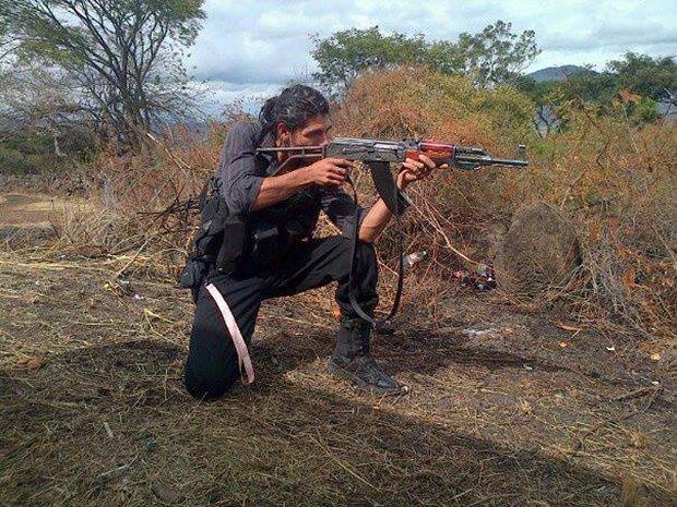В сети нашли члена мексиканского наркокартеля, который любит делать селфи. Изображение № 6.