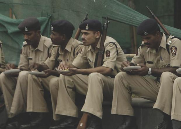 Индийские полицейские лечатся от алкоголизма при помощи гипнотизера. Изображение № 1.
