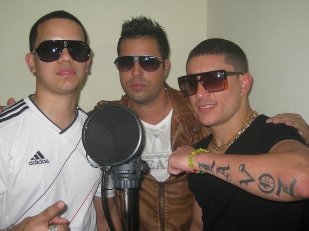 Популярный кубинский реггетон-исполнитель Османи «La Voz» Гарсия (крайний справа). Изображение № 1.