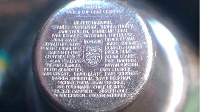 Британский гравер поместил на шип бутсы имена всех футболистов, забивавших за сборную Англии. Изображение № 1.