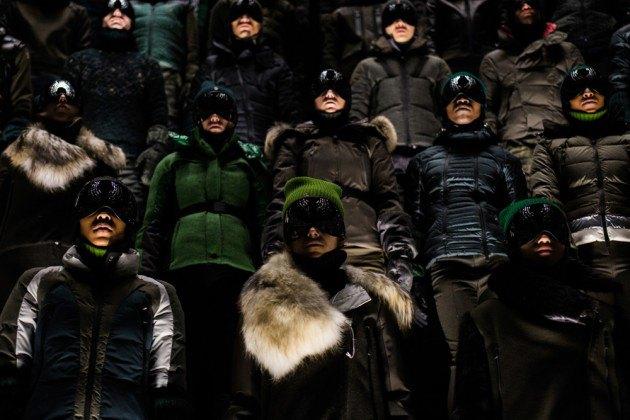 Марка Moncler представила новую коллекцию, собрав сотни людей в масках под зеркальные потолки. Изображение № 3.