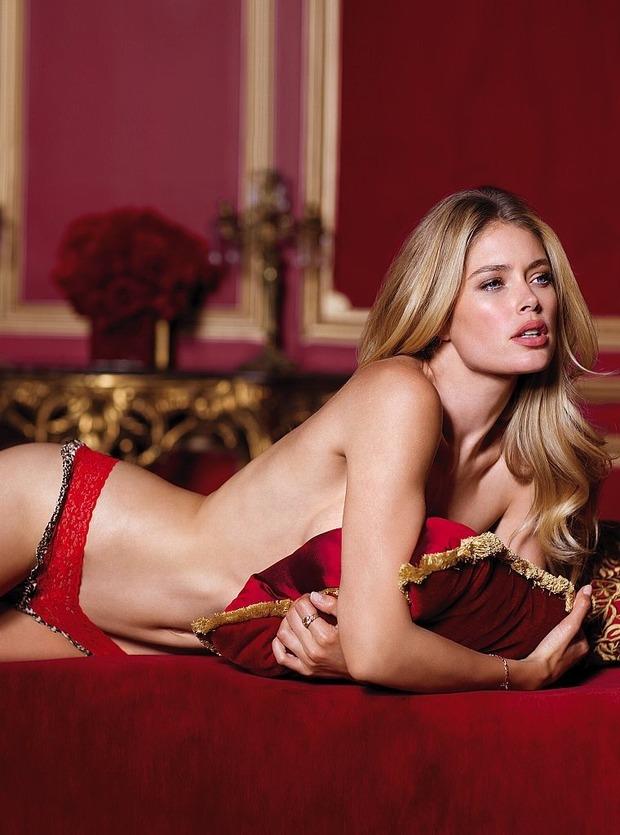Модели Барбара Палвин и Даутцен Крус снялись в рекламе нижнего белья Victoria's Secret. Изображение № 12.