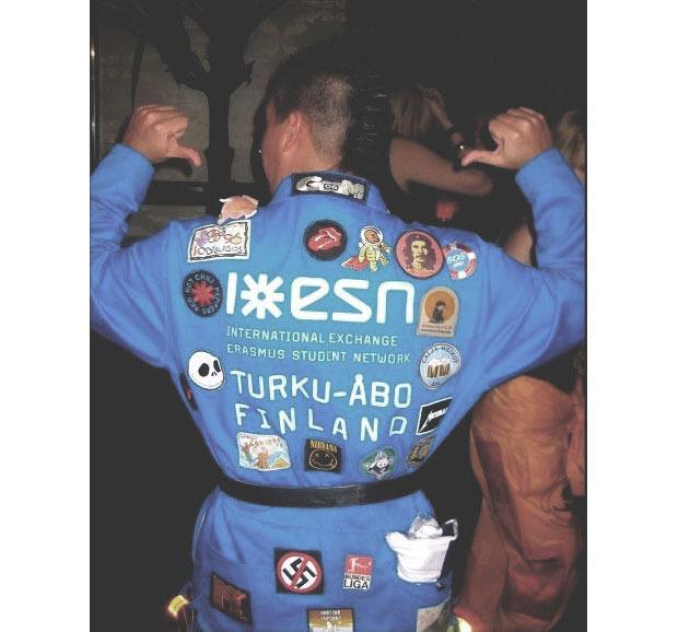 Комбинезон стал формой не только для космонавтов, механиков и пилотов, но и для студентов во время вечеринок. Изображение № 2.