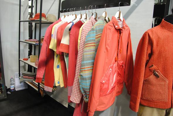Ярко-оранжевая куртка и красные свитера выбиваются из общего спокойного тона коллекции. Вероятно, точно так же они будут выбиваться из привычного гардероба, но в этом нет ничего дурного. Изображение № 6.