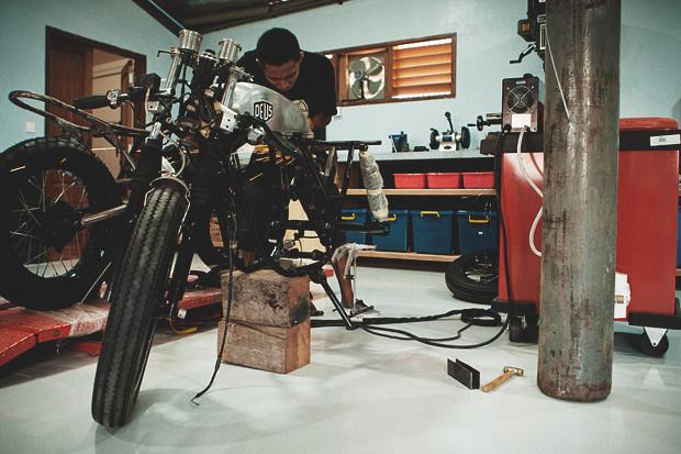 Гонки по пляжу, серфы и бесконечное лето: Репортаж из мастерской Deus Ex Machina на острове Бали. Изображение №8.