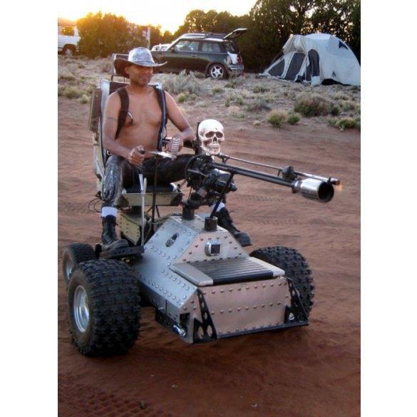 Американец спроектировал боевое инвалидное кресло с огнеметом. Изображение № 1.