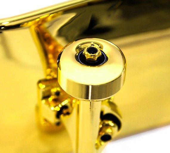 Марка Shut представила золотой скейтборд. Изображение № 4.