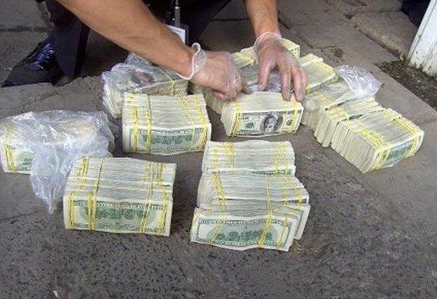 На боливийских полицейских упал с неба миллион долларов. Изображение № 1.