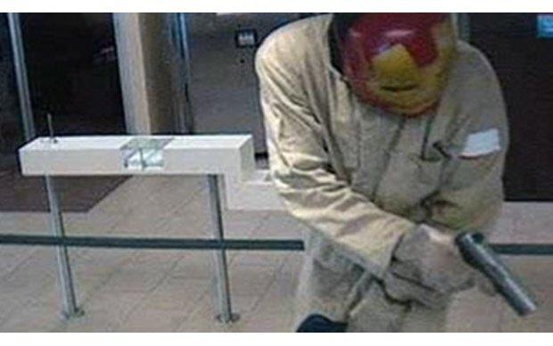 Железный человек ограбил банк во Флориде. Изображение № 2.
