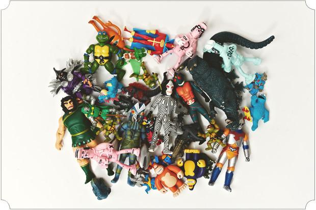 У меня тонны пластиковых годзилл, ниндзя-черепашек, грендайзеров, робокопов, кукимонстров, дизайнерских кинг-конгов и прочих товарищей. Есть и самодельные: предыдущий релиз How2make издавался в виде виниловой игрушки.. Изображение № 47.