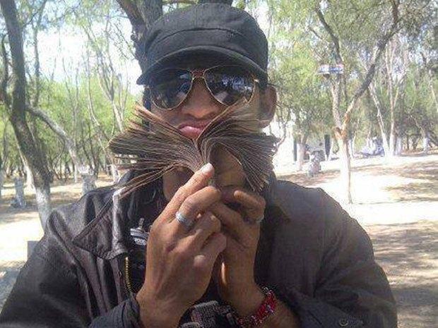 В сети нашли члена мексиканского наркокартеля, который любит делать селфи. Изображение № 7.
