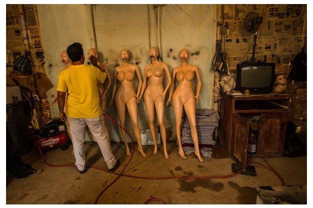 В Венесуэле рынки заполонили женские манекены с огромной грудью. Изображение № 4.