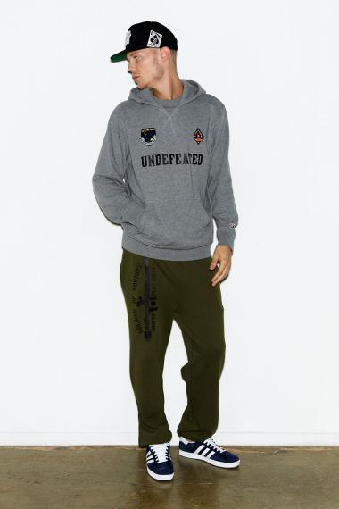 Марка Undefeated выпустила лукбук новой коллекции одежды своей линейки Holiday. Изображение №6.