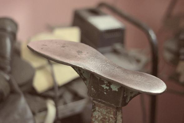Уставнавливают ботинок на металичесской подставке, которая называется «пяткой». Изображение №21.