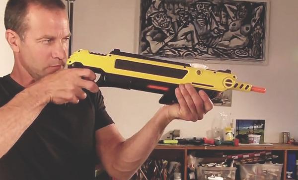 Создатель соляной мухобойки Лоренцо Маджоре со своим орудием. Изображение №1.