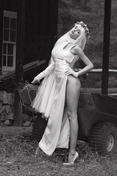 Супермодель Миранда Керр снялась для V Magazine в образе порноактрисы Чиччолины. Изображение № 7.